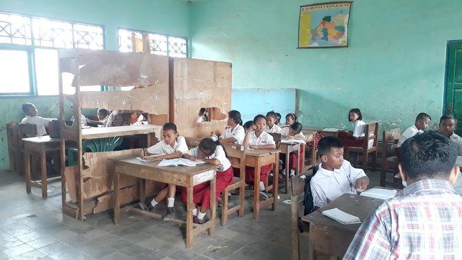 KETERBATASAN RUANGAN: Guru memberikan pelajaran kepada murid kelas III dan IV SDN Srabi Timur 2, Selasa (19/11).