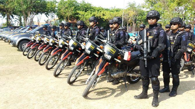 SIGAP: Tim Gegana Brimob Polda Jatim saat mengikuti apel pasukan di Lapangan Wijaya Kusuma, Sampang, kemarin.