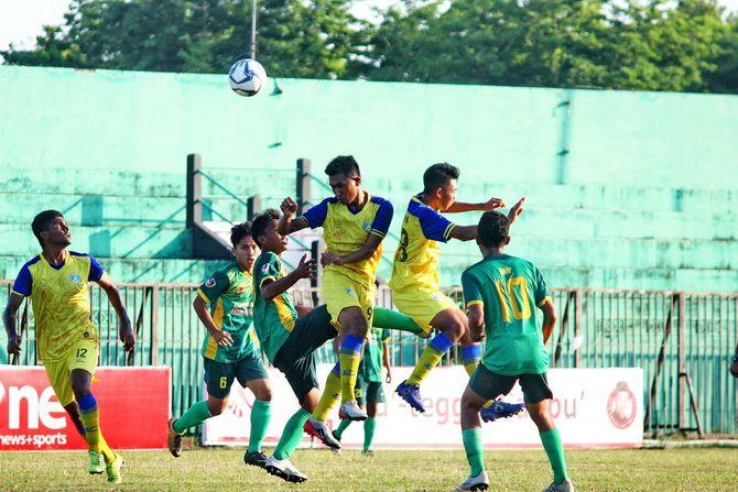MENGGANGGU: Pemain Perssu berusaha merebut bola dari kaki lawan saat menghadapi Persegres Gresik United beberapa waktu lalu.
