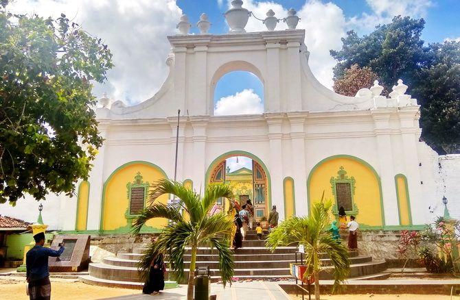 ZIARAH: Para wisatawan mengunjungi Asta Tinggi di Jalan Asta Tinggi, Kebunagung, Kota Sumenep, kemarin.