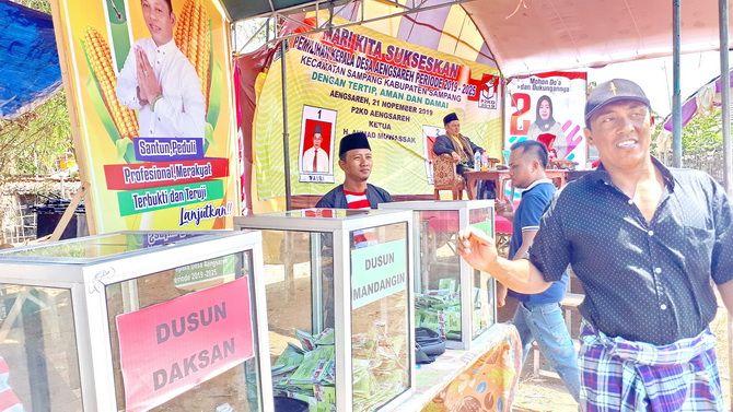 DEMOKRATIS: Warga menggunakan hak pilih dalam Pilkades Aeng Sareh, Kecamatan Sampang, Kamis (21/11).
