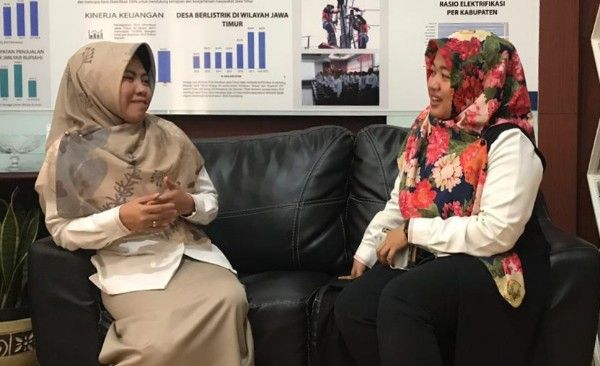 KOMPAK: Zailla Mairofiah (kiri) ngobrol dengan Plt Asisten Manajer Komunikasi PT PLN UID Jatim Dini Ariani.