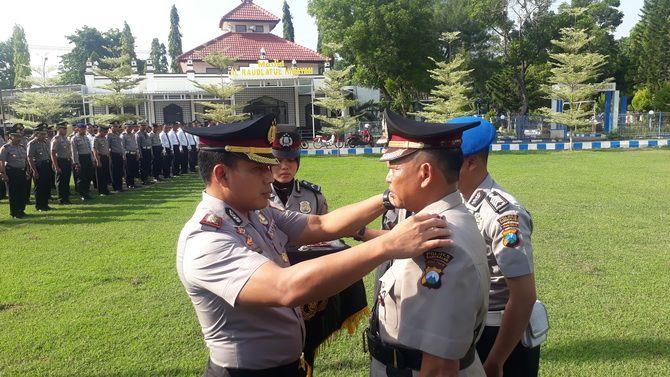 GANTI WAJAH: Kapolres Bangkalan AKBP Rama Samtama Putra memimpin serah terima jabatan Wakapolres di halaman mapolres kemarin.