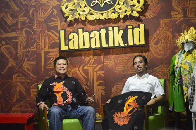 KEREN: Direktur JPRM Abd. Aziz dan General Manager JPRM M. Tojjib menunjukkan batik yang akan dikenakan tim JPRM pada Malam Anugerah Madura Awards 2019 di Galeri Labatik Sumenep Jumat (29/11).