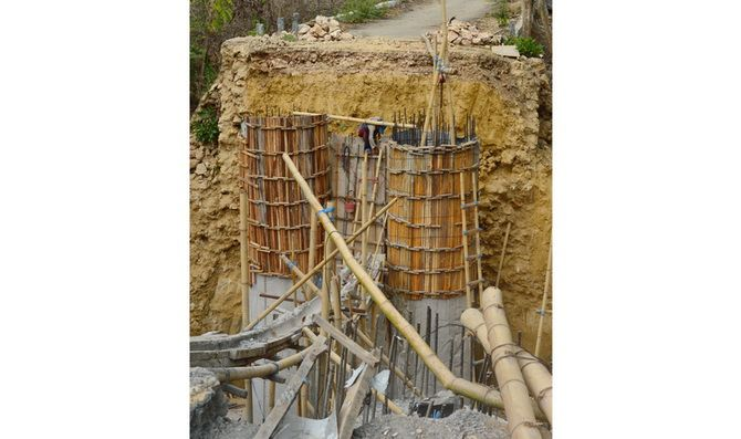 DEADLINE KIAN DEKAT: Pekerja melakukan pengecoran kaki jembatan di Desa Pakamban Daya, Kecamatan Pragaan, Sumenep, kemarin.