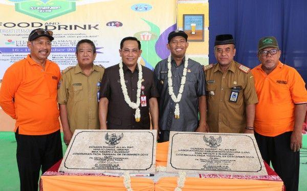KREATIF: Wakil Bupati Sumenep (tiga dari kanan) foto bareng Kepala SMADA dan Kepala Disdik Provinsi Jawa Timur.