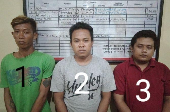 KELAS TERI: Tiga tersangka berada di Mapolres Sumenep kemarin.