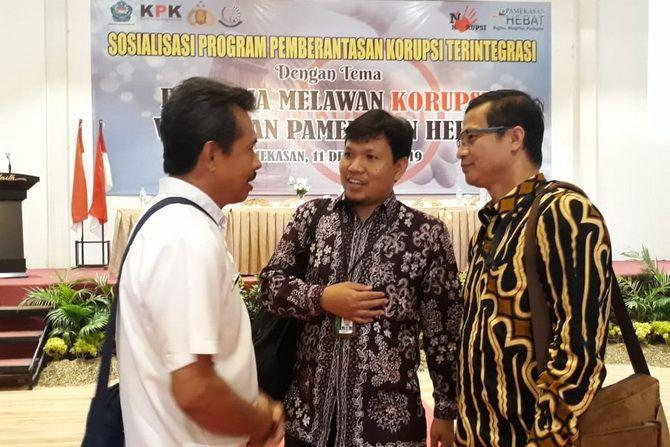 USAI ACARA: Kepala Satgas Pencegahan Korwil VI KPK Arief Nurcahyo (tengah) bincang-bincang dengan peserta.