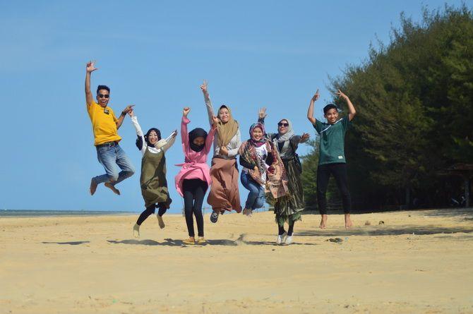 JUJUKAN: Pengunjung menikmati wisata Pantai Lombang, Kecamatan Batang-Batang, Sumenep, Minggu (3/11).