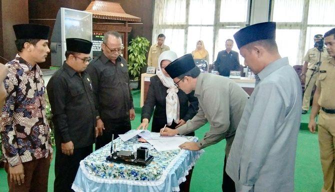SIAP DIREALISASIKAN: Bupati Baddrut Tamam menandatangani APBD 2020 pada rapat paripurna kemarin.