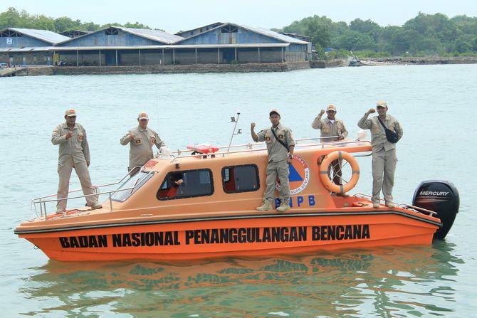 DEMI KEMANUSIAAN: Petugas Tim SAR Laut BPBD Sumenep melakukan patroli rutin di perairan Kalianget, Sumenep, kemarin.
