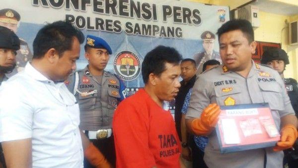 MEMALUKAN: Kapolres Sampang AKBP Didit BWS saat menginterogasi Hamzah, Rabu (15/1).