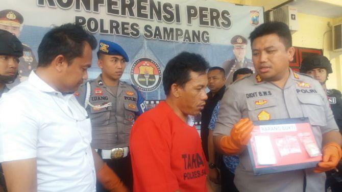 TAK BERKUTIK: Kapolres Sampang AKBP Didit Bambang Wibowo Saputra merilis DPO narkoba Mohammad Hamzah kemarin.
