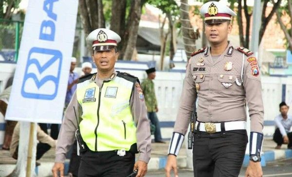 TEGAP: Kasatlantas Polres Sampang AKP Ayip Rizal saat memimpin pengamanan sebuah acara di Kota Bahari.