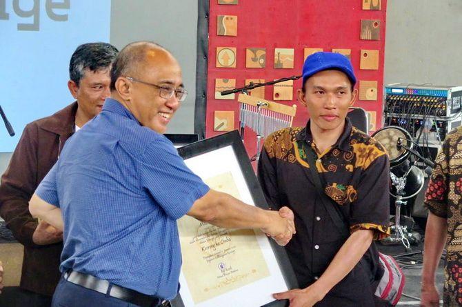 PRESTISIUS: Sastrawan Madura Mat Toyu (kanan) menerima penghargaan Hadiah Sastra Rancage 2020 yang diserahkan oleh Prof. Dr. Ganjar Kurnia, DEA kemarin.
