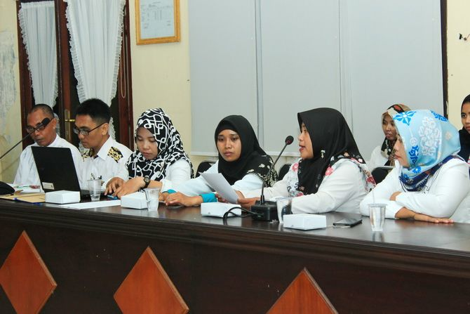 MENGADU: Guru honorer nonkategori beraudiensi ke Komisi D DPRD Bangkalan kemarin.