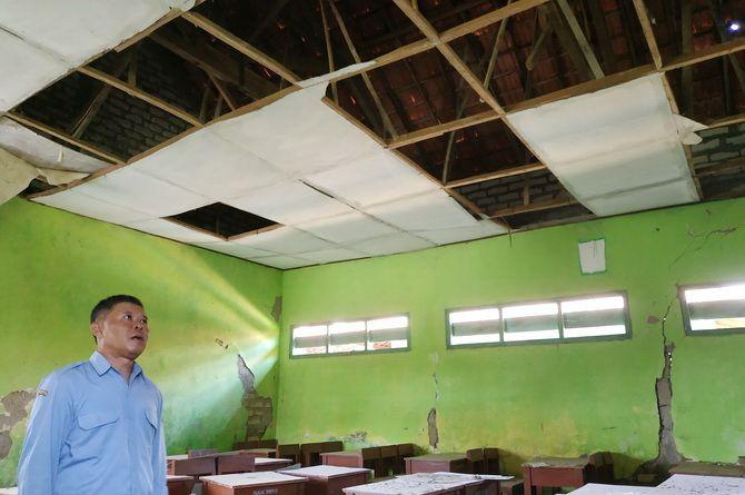 RETAK: Kepala SDN Pajeruan 4 Witanto berada di ruangan kelas yang tidak ditempati KBM.