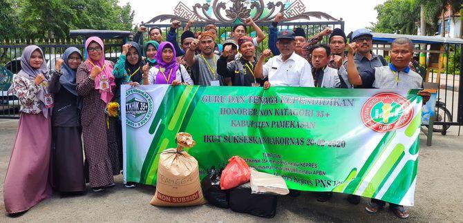 BERJUANG: GTKHNK 35+ Pamekasan hendak berangkat ke rakornas di Jakarta kemarin. Tampak sekarung beras yang akan dijadikan bekal selama di perjalanan.