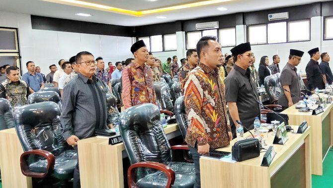 SERIUS: Anggota DPRD Pamekasan bersama eksekutif mengikuti rapat paripurna di Kantor DPRD Pamekasan kemarin.