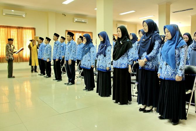 SAH: Rektor IAIN Madura Dr. Mohammad Kosim melantik 60 CPNS menjadi PNS di ruang gedung rektorat.