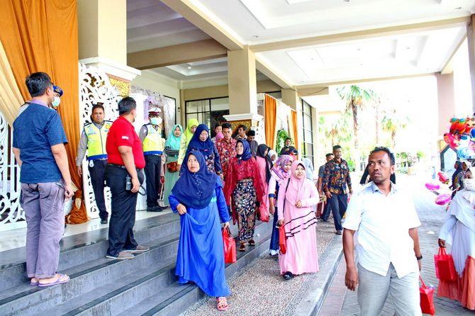 HANYA SESAAT: Aparat kepolisian menjaga Gedung Rato Ebuh di sekitar pintu masuk menghalau tamu undangan yang menghadiri resepsi pernikahan.