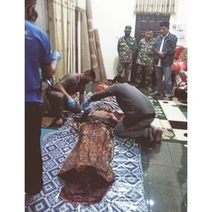 ALAMI LUKA BACOK: Jasad Maswerah, warga Desa Sotaber saat diidentifikasi di rumah duka.