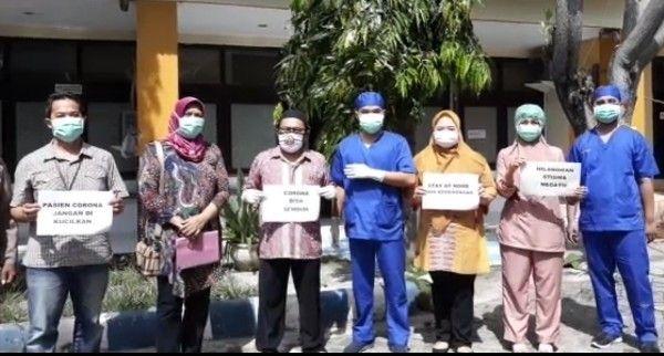 DINYATAKAN SEMBUH: Petugas medis foto bersama pasien yang sudah sembuh.
