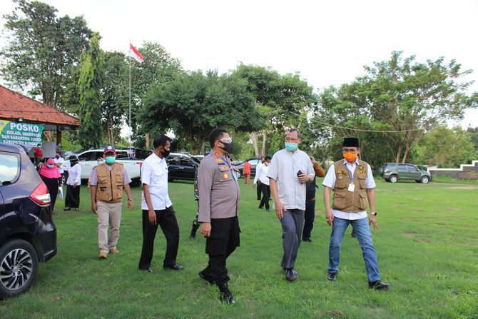 MENGECEK: Bupati Bangkalan R. Abdul Latif Amin Imron didampingi Kapolres AKBP Rama Samtama Putra, Kadinkes Sudiyo, dan Ketua DPRD Muhammad Fahad tinjau gedung balai diklat kemarin.