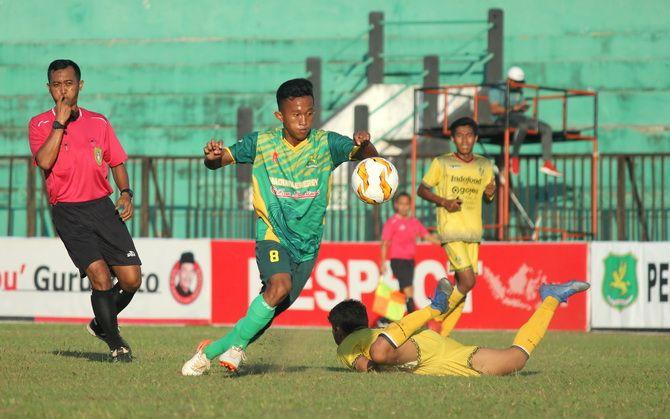 MENUNGGU KEPASTIAN: Pemain Perssu Sumenep saat melakoni pertandingan di Stadion A. Yani pada musim kompetisi Liga 3 2019.