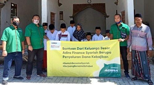 BANTU SESAMA: Adira Finance Cabang Pamekasan menyerahkan bantuan kepada anak yatim di Yayasan An-Nawawi, Desa Badung, Kecamatan Proppo.