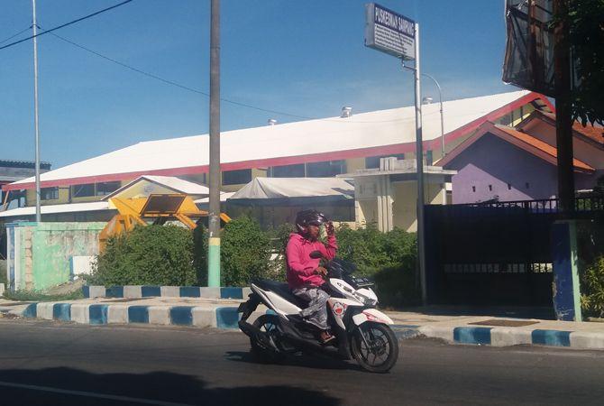 LENGANG: Pengendara melintas di depan puskeswan di Jalan Syamsul Arifin, Sampang, kemarin.
