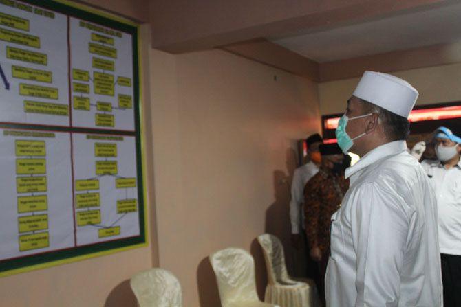 CEK FASILITAS: Bupati Sampang Slamet Junaidi melihat fasilitas Pesantren Tangguh Semeru di PP Assirojiyah kemarin.