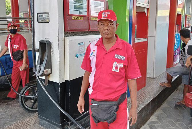 TULANG PUNGGUNG KELUARGA: Syaiful bekerja di salah satu SPBU di Kabupaten Pamekasan.
