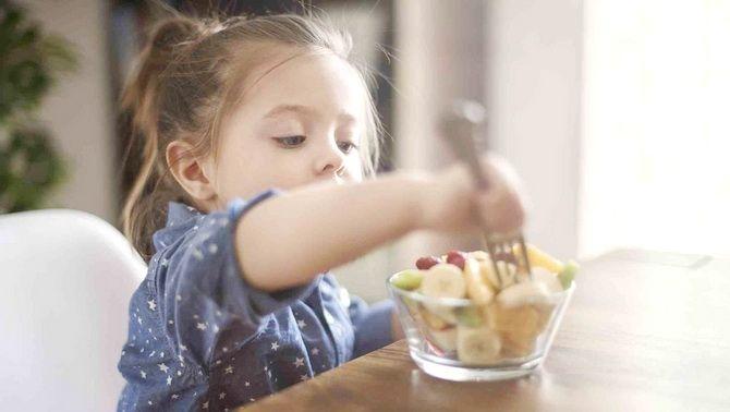 Ilustrasi anak tengah mengkonsumsi cemilan dengan Susu dan telur yang memiliki kandungan gizi yang tinggi sangat bagus bagi anak-anak untuk menjaga imun tubuh.