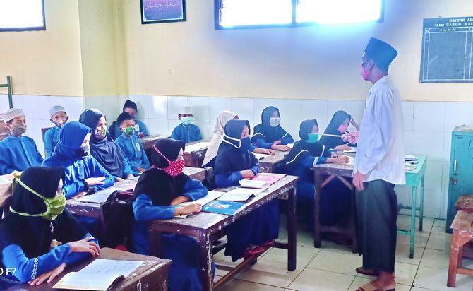GIAT: Siswa Madarasah Ibtidaiyah Diniyah Ula Darus Salam Kwanyar saat mengikuti kegiatan belajar, Senin (22/6).