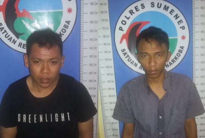KELAS TERI: Rio dan Aldito diamankan di kantor Satresnarkoba Polres Sumenep kemarin.