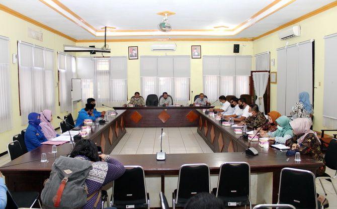 SERIUS: Kekerasan dan kejahatan seksual pada perempuan dan anak menjadi topik pembicaraan Komisi D DPRD Bangkalan bersama polres, DKBPPPA, dan aktivis PMII di ruang banggar kemarin.