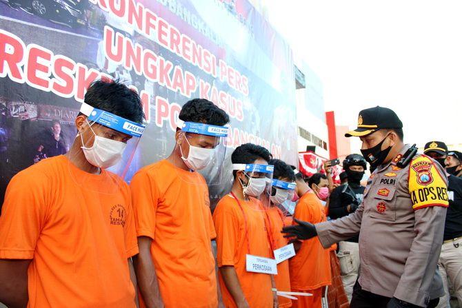 MENUNDUK: Para tersangka kasus pemerkosaan terhadap seorang janda dirilis Polres Bangkalan kemarin sore.