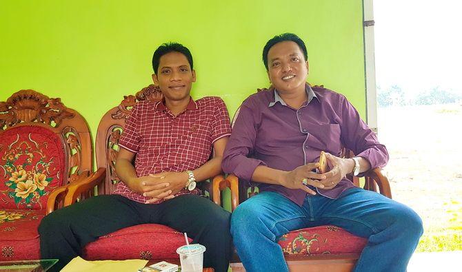 SATU TEKAD: Kades Keleyan Marlihan (kanan) duduk bersama Wakil Ketua BPD Keleyan Ripai, S.T., M.T. di balai desa.