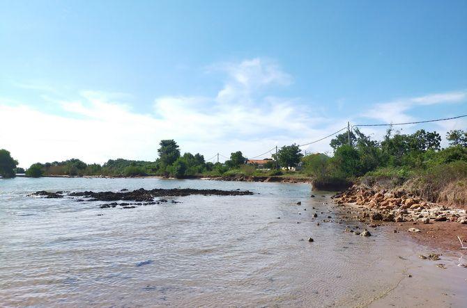KIAN LUAS: Abrasi menggerus bibir pantai Desa Sokobanah Daya, Kecamatan Sokobanah, Sampang.