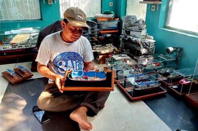 ISTIMEWA: Abdul Halim menunjukkan hasil garapan miniatur kapal di rumahnya di Kampung Dumarah, Desa Banyuajuh, Kecamatan Kamal, Bangkalan, kemarin.