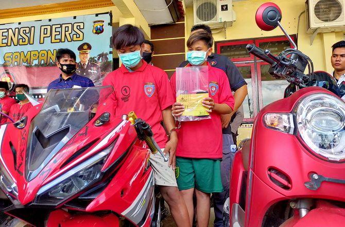 TAK BERKUTIK: Moh. Alidan Rois, dua tersangka penjual sepeda motor bodong online, dirilis Polres Sampang kemarin.