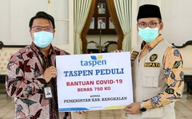 PEDULI: Bupati Bangkalan R. Abdul Latif Amin Imron menerima bantuan dari PT TASPEN Cabang Pamekasan, Jumat (24/7).