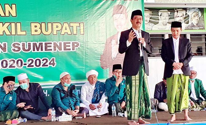 SEMANGAT: Bakal calon bupati Sumenep Fattah Jasin (pegang mik) didampingi calon wakil bupati Ra Fikri saat menyampaikan visi-misi pada deklarasi dukungan oleh enam partai politik kemarin.
