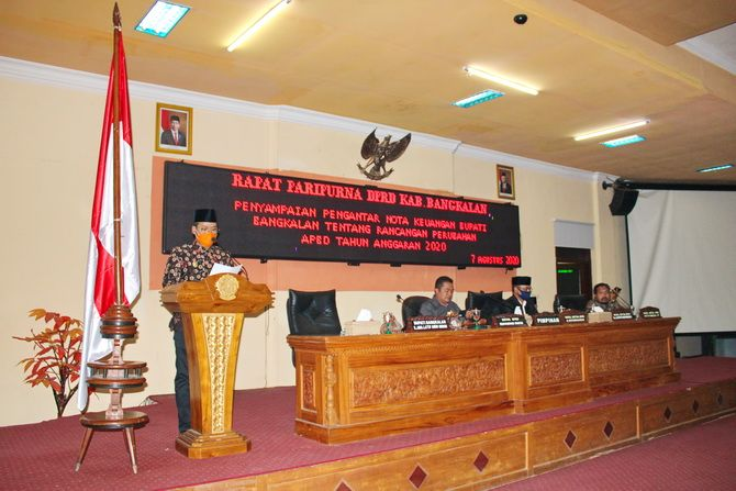SERIUS: Bupati Bangkalan Abdul Latif Amin Imron membacakan nota keuangan dalam rapat paripurna kemarin.