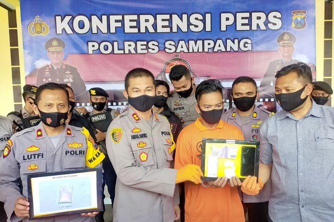 LANGSUNG DITAHAN: Kapolres Sampang AKBP Abdul Hafidz menunjukkan tersangka pengedar narkoba yang diselipkan di songkok adik santri kepada publik kemarin.