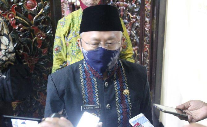 TERGUGAT: Bupati Sumenep A. Busyro Karim memberikan keterangan tentang putusan PTUN terkait keabsahan kepala Desa Matanair kemarin.