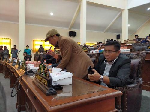 KECEWA: Anggota Komisi IV DPRD Sampang Moh Iqbal Fathoni meminta izin keluar ruang rapat paripurna setelah menyampaikan instrupsi, Selasa (15/9).