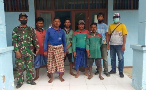 PASRAH: Nelayan asal Lamongan diamankan warga di Pos Kamladu sebelum dipindah ke Polsek Arosbaya, Minggu siang (27/9).
