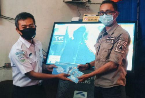 SIMBOLIS: Kepala BPBD Bangkalan Rizal Morris menerima bantuan alat pendeteksi gempa bumi dan tsunami dari BMKG awal tahun lalu.